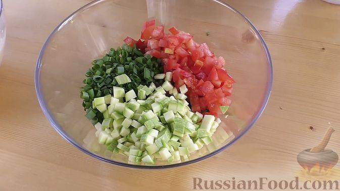 Фото приготовления рецепта: Говядина, тушенная в томатном соусе, с апельсинами - шаг №10