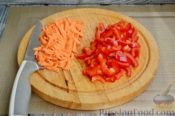 Фото приготовления рецепта: Куриный суп с овощами, рисом и плавленым сыром - шаг №4