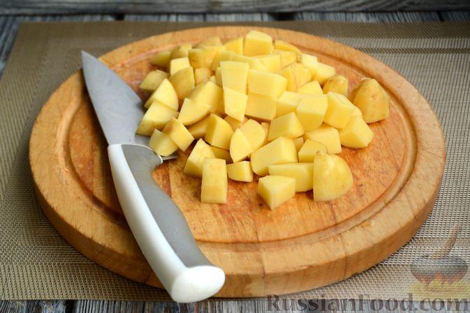 Фото приготовления рецепта: Куриный суп с овощами, рисом и плавленым сыром - шаг №7
