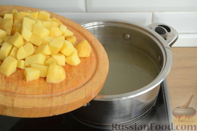 Фото приготовления рецепта: Куриный суп с овощами, рисом и плавленым сыром - шаг №8