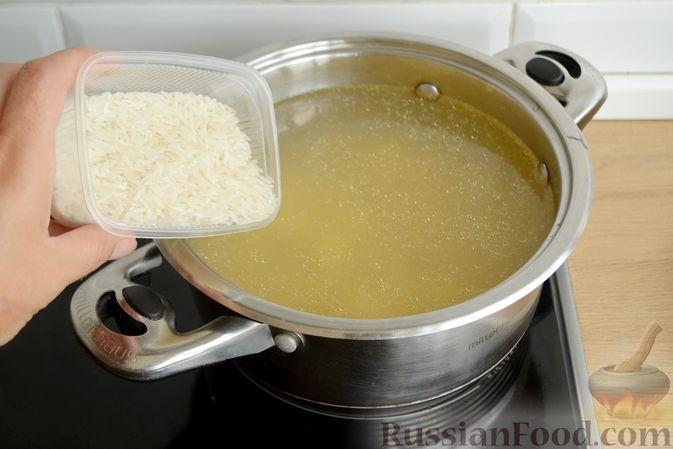 Фото приготовления рецепта: Куриный суп с овощами, рисом и плавленым сыром - шаг №9