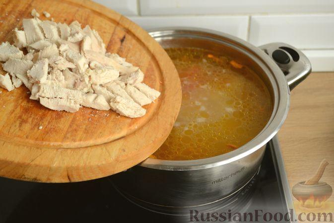 Фото приготовления рецепта: Куриный суп с овощами, рисом и плавленым сыром - шаг №11