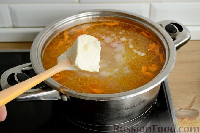 Фото приготовления рецепта: Куриный суп с овощами, рисом и плавленым сыром - шаг №12