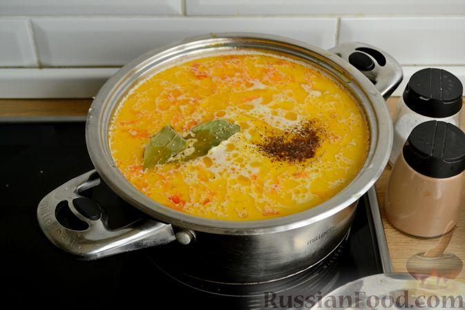Фото приготовления рецепта: Куриный суп с овощами, рисом и плавленым сыром - шаг №13