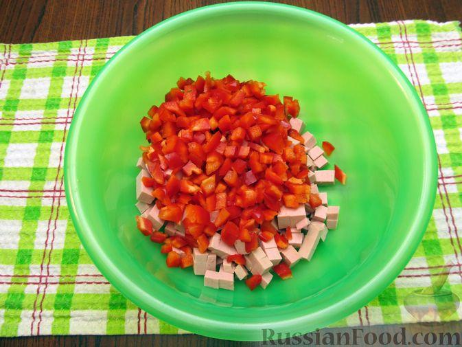 Фото приготовления рецепта: Салат с колбасой, помидорами, болгарским перцем и сыром - шаг №3