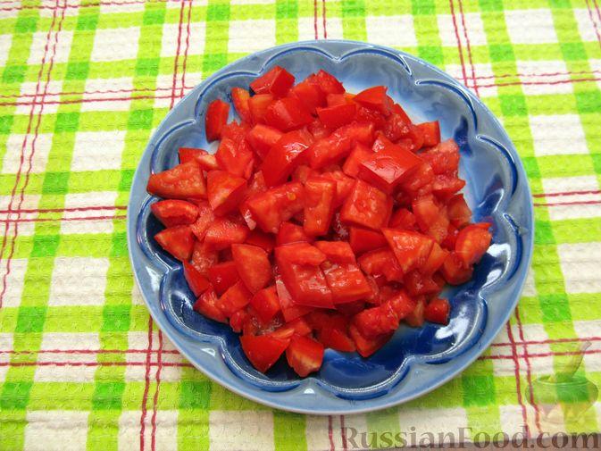 Фото приготовления рецепта: Салат с колбасой, помидорами, болгарским перцем и сыром - шаг №4