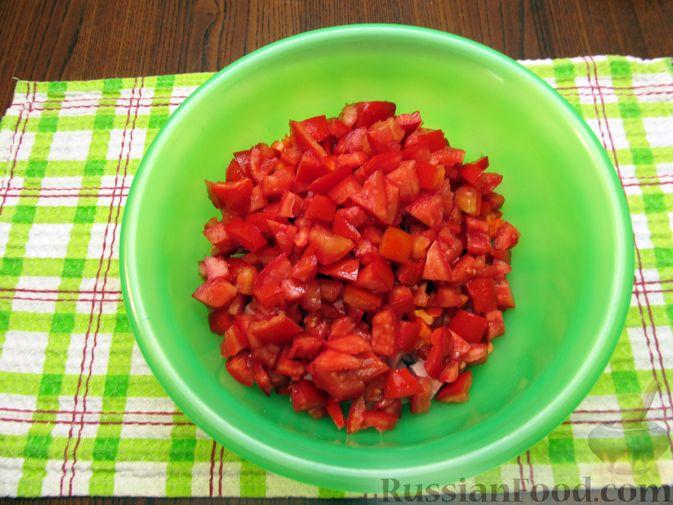 Фото приготовления рецепта: Салат с колбасой, помидорами, болгарским перцем и сыром - шаг №5
