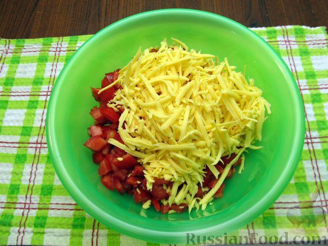 Фото приготовления рецепта: Салат с колбасой, помидорами, болгарским перцем и сыром - шаг №6