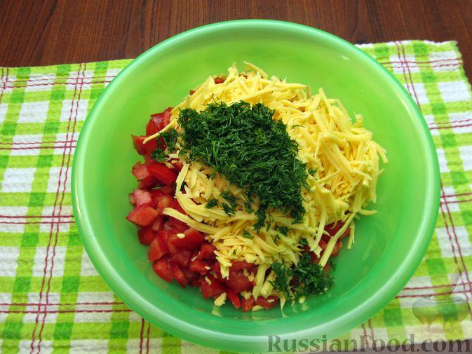 Фото приготовления рецепта: Салат с колбасой, помидорами, болгарским перцем и сыром - шаг №7