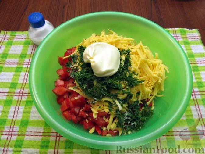 Фото приготовления рецепта: Салат с колбасой, помидорами, болгарским перцем и сыром - шаг №8