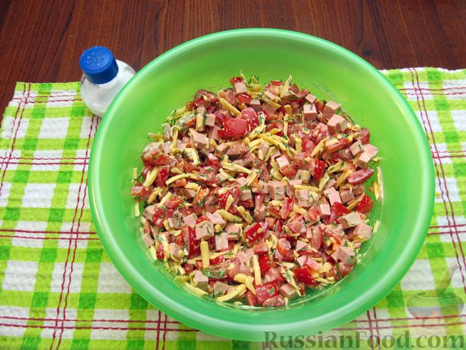 Фото приготовления рецепта: Салат с колбасой, помидорами, болгарским перцем и сыром - шаг №9