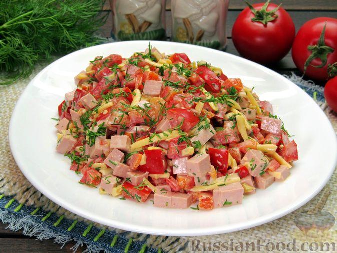Фото приготовления рецепта: Салат с колбасой, помидорами, болгарским перцем и сыром - шаг №10