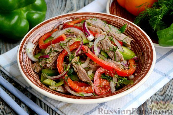 Фото к рецепту: Салат с говядиной, болгарским перцем и грецкими орехами