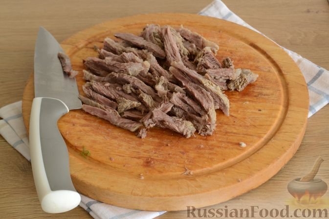 Фото приготовления рецепта: Салат с говядиной, болгарским перцем и грецкими орехами - шаг №4