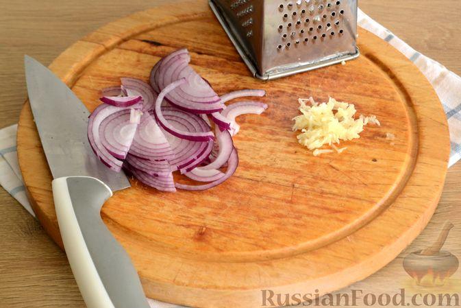 Фото приготовления рецепта: Салат с говядиной, болгарским перцем и грецкими орехами - шаг №5