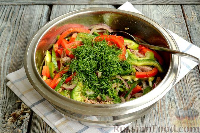 Фото приготовления рецепта: Салат с говядиной, болгарским перцем и грецкими орехами - шаг №11