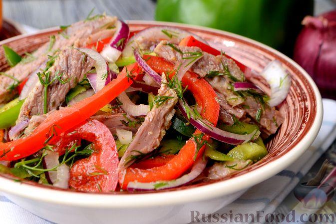 Фото приготовления рецепта: Салат с говядиной, болгарским перцем и грецкими орехами - шаг №14