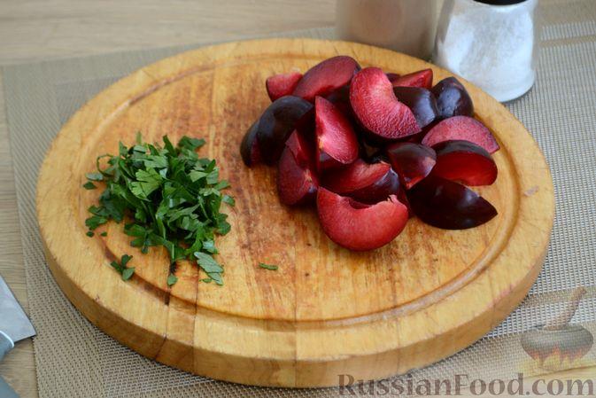 Фото приготовления рецепта: Курица, тушенная со сливами - шаг №6