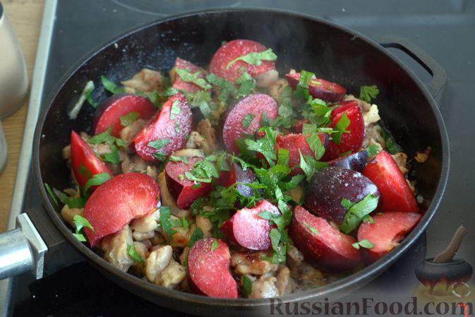 Фото приготовления рецепта: Курица, тушенная со сливами - шаг №7