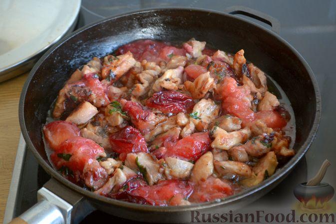 Фото приготовления рецепта: Курица, тушенная со сливами - шаг №8