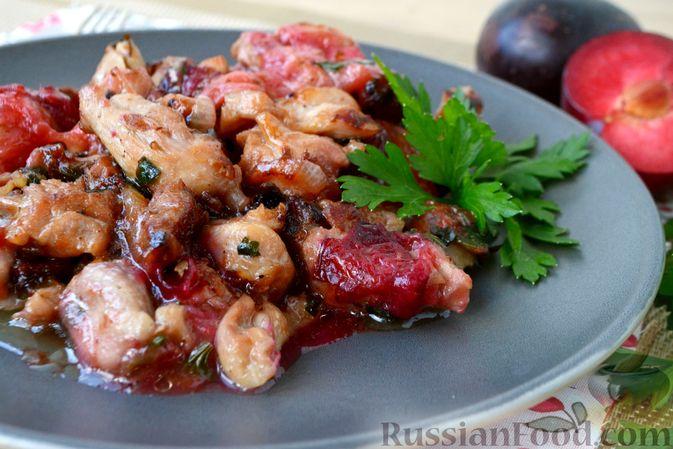Фото приготовления рецепта: Курица, тушенная со сливами - шаг №10