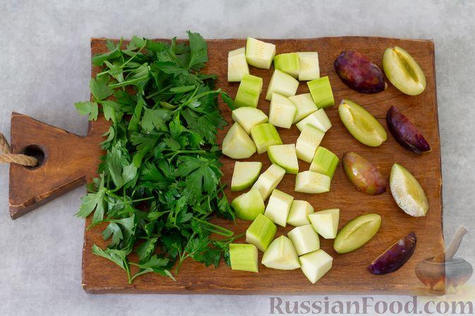 Фото приготовления рецепта: Смузи с кабачком, сливами и зеленью - шаг №2