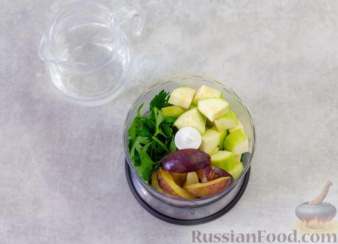 Фото приготовления рецепта: Смузи с кабачком, сливами и зеленью - шаг №3
