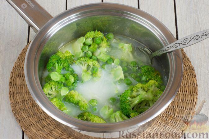 Фото приготовления рецепта: Крем-суп из брокколи и зелёного горошка - шаг №7