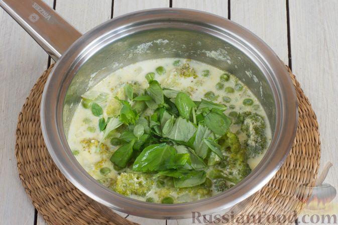 Фото приготовления рецепта: Крем-суп из брокколи и зелёного горошка - шаг №9