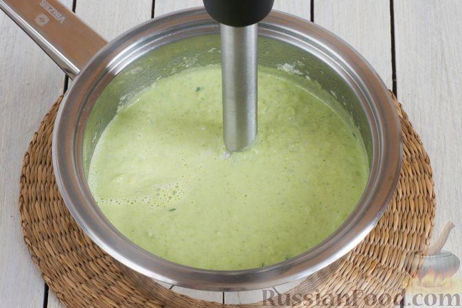 Фото приготовления рецепта: Крем-суп из брокколи и зелёного горошка - шаг №10
