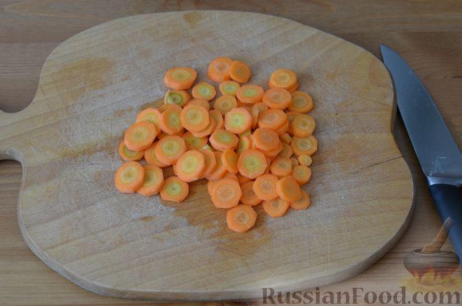 Фото приготовления рецепта: Карась, запечённый с морковью и луком - шаг №2