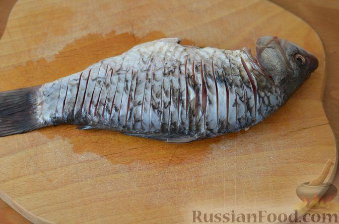 Фото приготовления рецепта: Карась, запечённый с морковью и луком - шаг №5