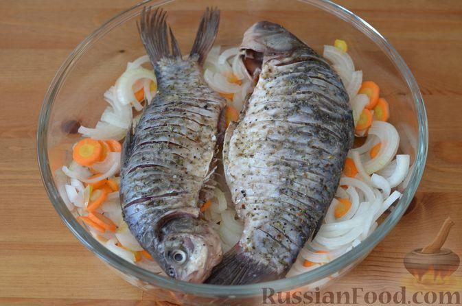 Фото приготовления рецепта: Карась, запечённый с морковью и луком - шаг №10