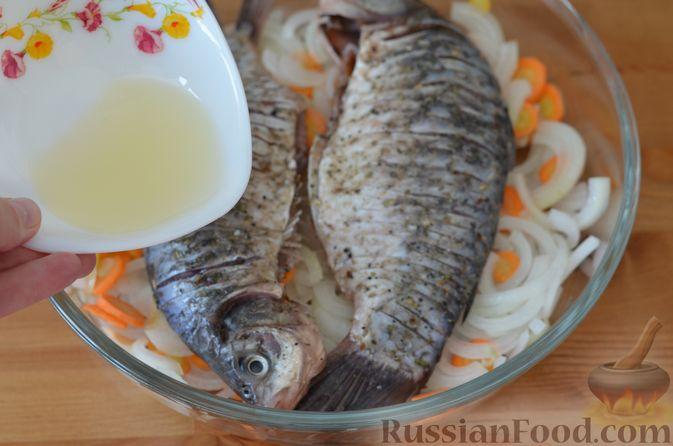 Фото приготовления рецепта: Карась, запечённый с морковью и луком - шаг №11