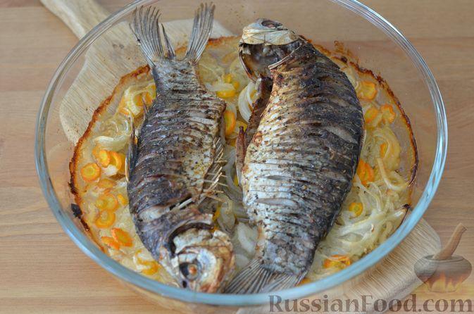 Фото приготовления рецепта: Карась, запечённый с морковью и луком - шаг №12