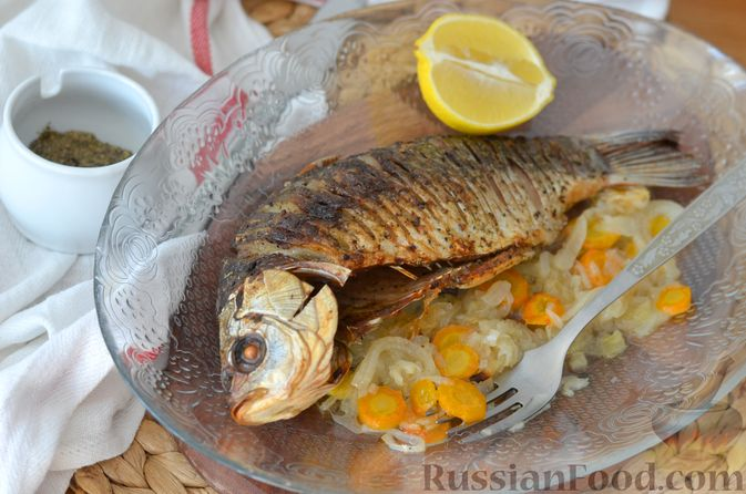 Фото приготовления рецепта: Карась, запечённый с морковью и луком - шаг №13