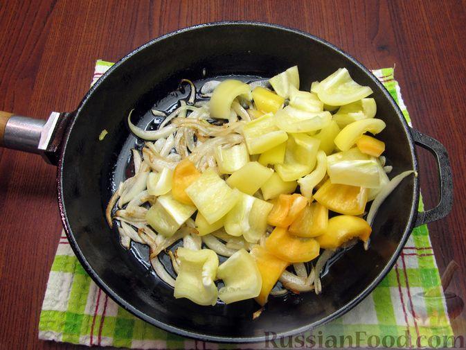 Фото приготовления рецепта: Куриная печень с яблоком и сладким перцем - шаг №4