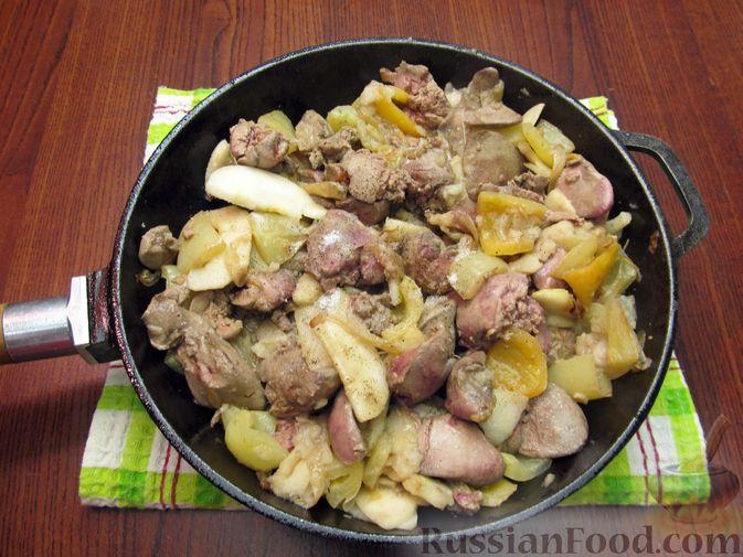 Фото приготовления рецепта: Куриная печень с яблоком и сладким перцем - шаг №9