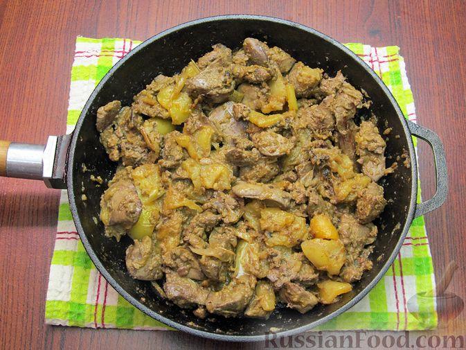 Фото приготовления рецепта: Куриная печень с яблоком и сладким перцем - шаг №11