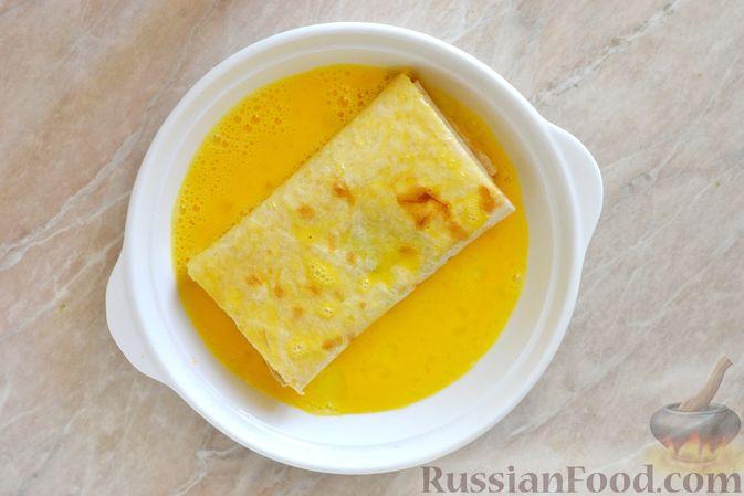 Фото приготовления рецепта: Салат из капусты с колбасой и зелёным горошком - шаг №3