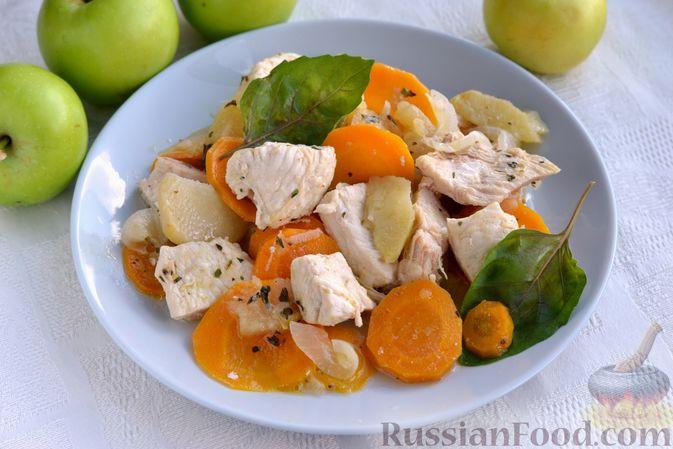Фото приготовления рецепта: Слоёный салат с копчёной курицей, картофелем, морковью, свёклой и черносливом - шаг №11