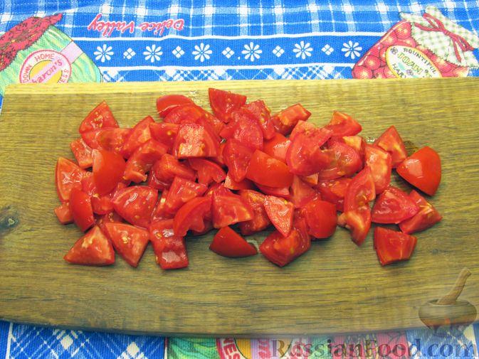 Фото приготовления рецепта: Салат из помидоров с брынзой и базиликом - шаг №3