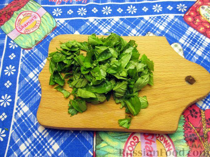 Фото приготовления рецепта: Салат из помидоров с брынзой и базиликом - шаг №4