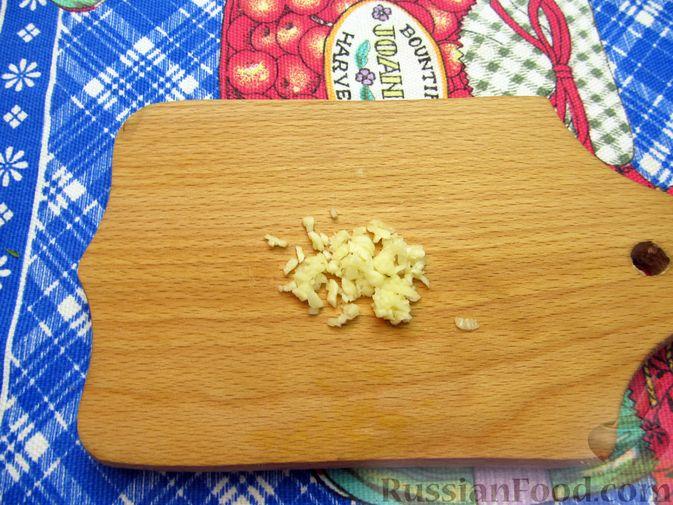 Фото приготовления рецепта: Салат из помидоров с брынзой и базиликом - шаг №5