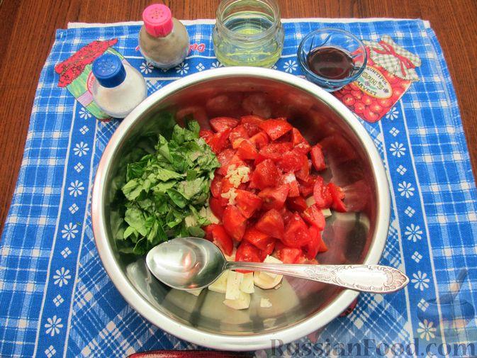 Фото приготовления рецепта: Салат из помидоров с брынзой и базиликом - шаг №6