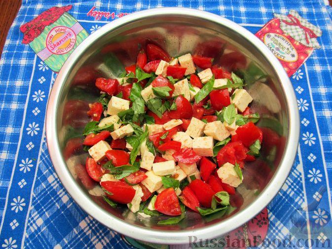 Фото приготовления рецепта: Салат из помидоров с брынзой и базиликом - шаг №7