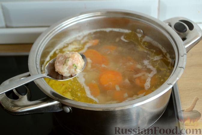 Фото приготовления рецепта: Суп с куриными фрикадельками и яично-лимонной заправкой - шаг №8