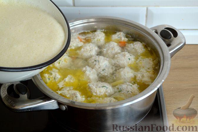 Фото приготовления рецепта: Суп с куриными фрикадельками и яично-лимонной заправкой - шаг №14