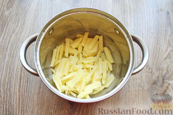 Фото приготовления рецепта: Суп с белыми грибами и плавленым сыром - шаг №2