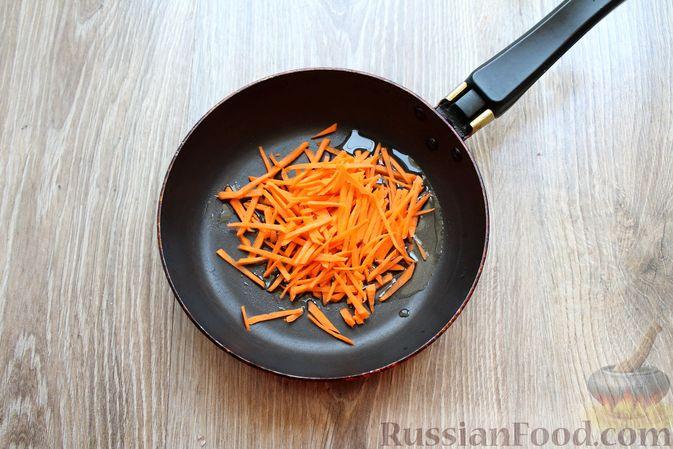 Фото приготовления рецепта: Суп с белыми грибами и плавленым сыром - шаг №3